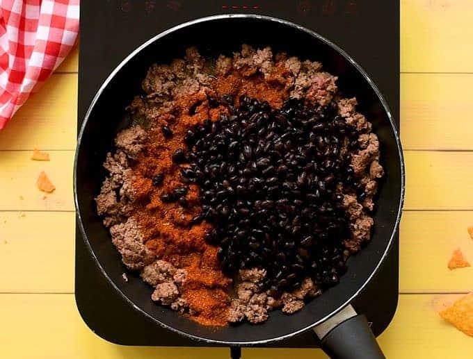 گوشت گاو چرخ شده ، چاشنی تاکو ، لوبیای سیاه و سالسا برای سالاد تاکو