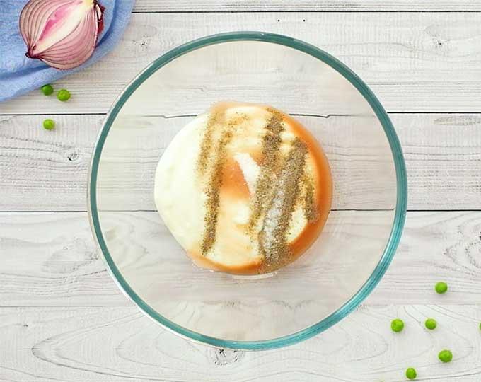 خامه ترش ، سرکه سیب ، شکر ، نمک و فلفل را در یک کاسه مخلوط برای سس سالاد نخود فرنگی قرار دهید
