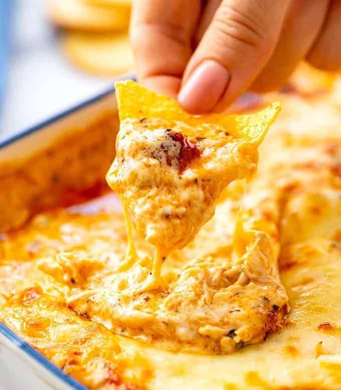 تراشه تورتیلا پوشیده از آب مرغ گاومیش پنیر داغ