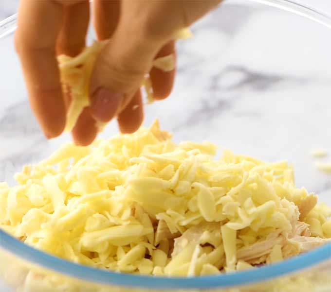 کاسه مرغ روتسی کشیده و پنیر موزارلا خرد شده برای غوطه دادن مرغ گاومیش