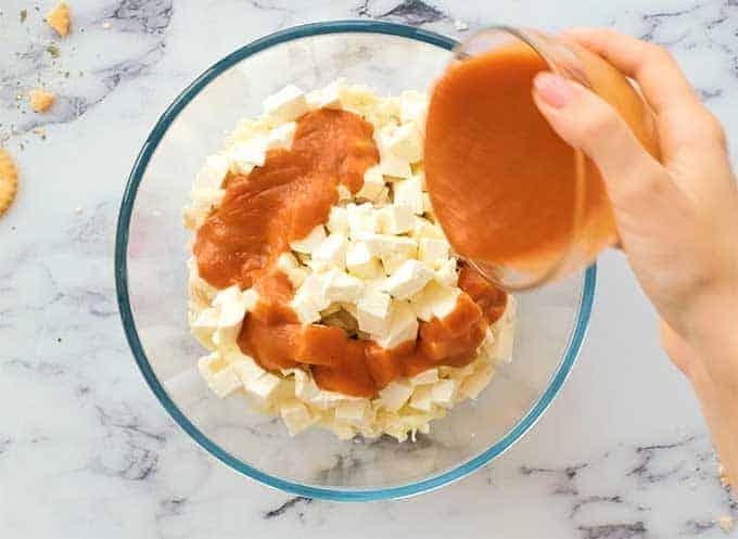 کاسه مخلوط پر از مرغ ، موزارلا ، پنیر خامه ای و سس بال بوفالو